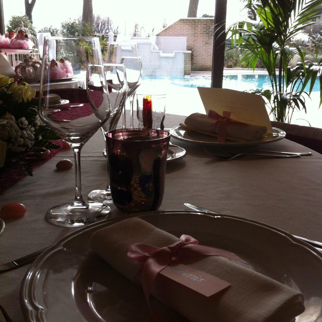 tavola ristorante con piscina
