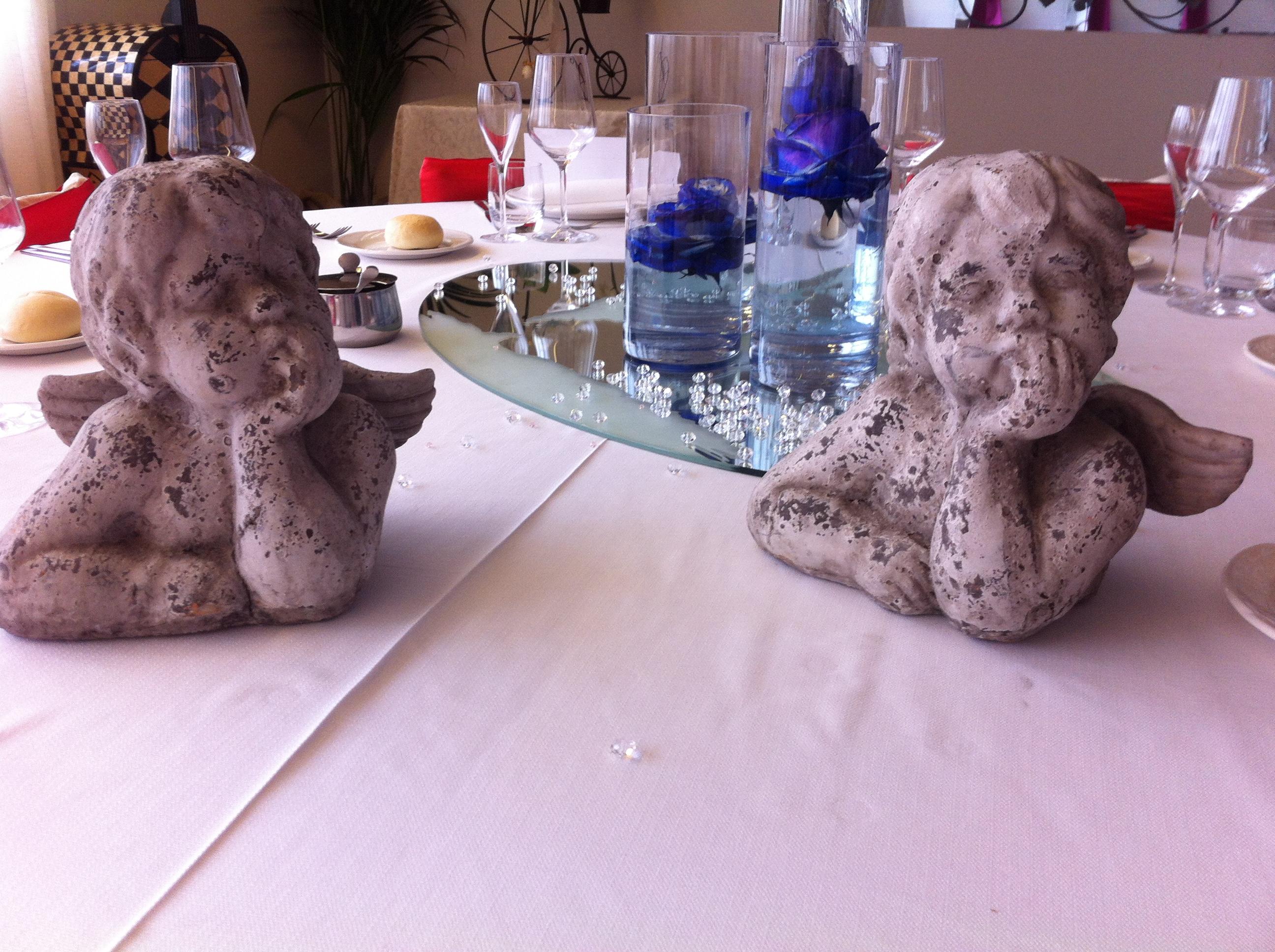 tavola con fiori di ristorante per cresime