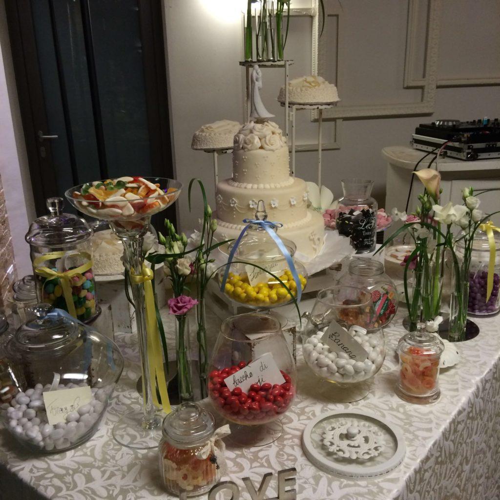 tavola imbandita con confetti di matrimonio