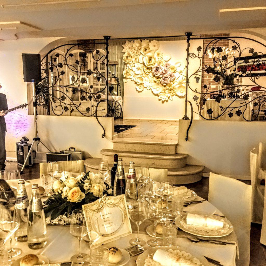 ristorante con tavola imbandita per matrimonio