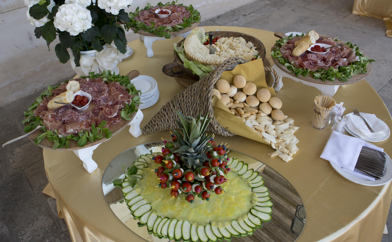 tavola imbandita per servizio catering