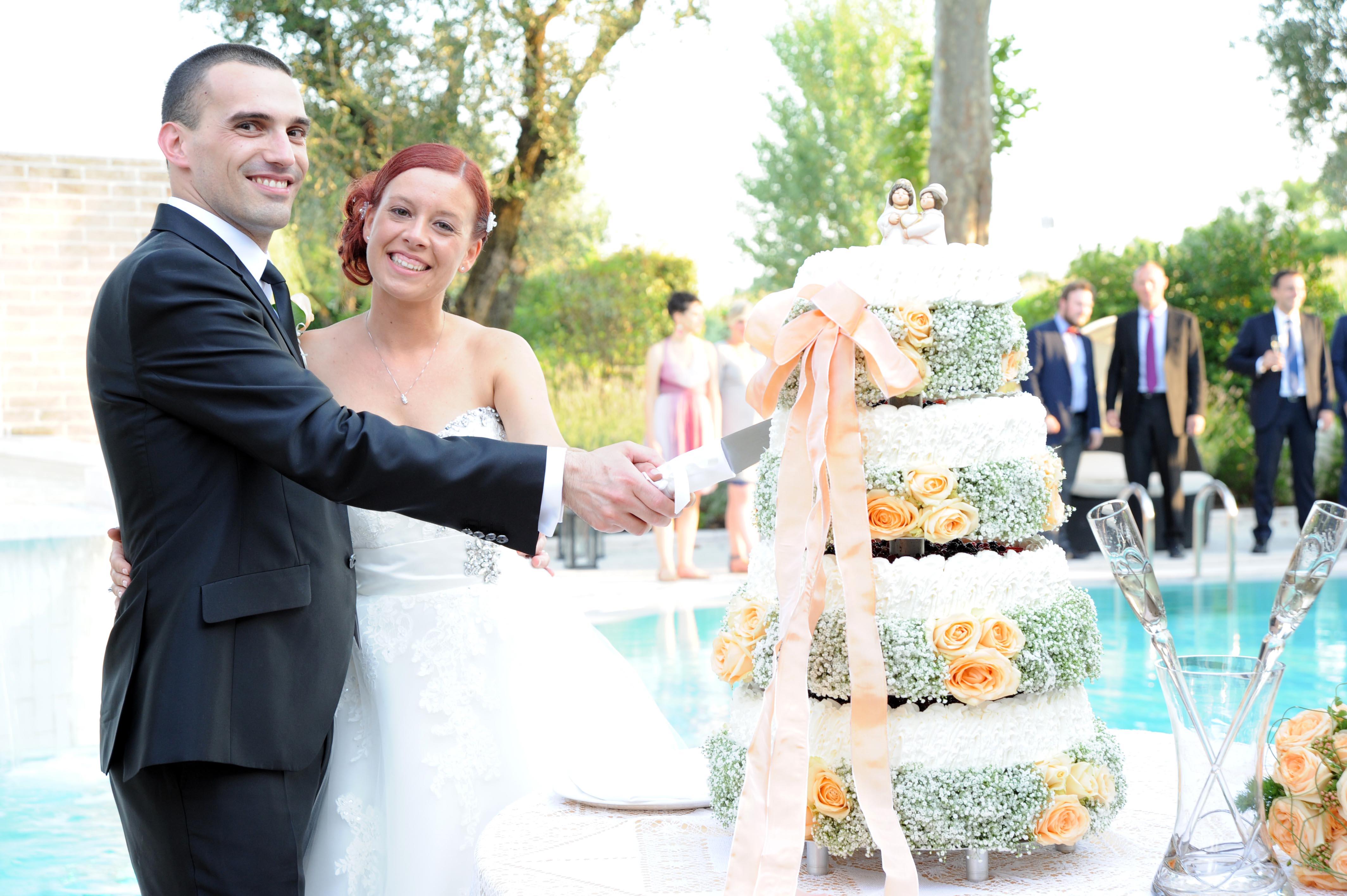 torta di matrimonio a bordo piscina