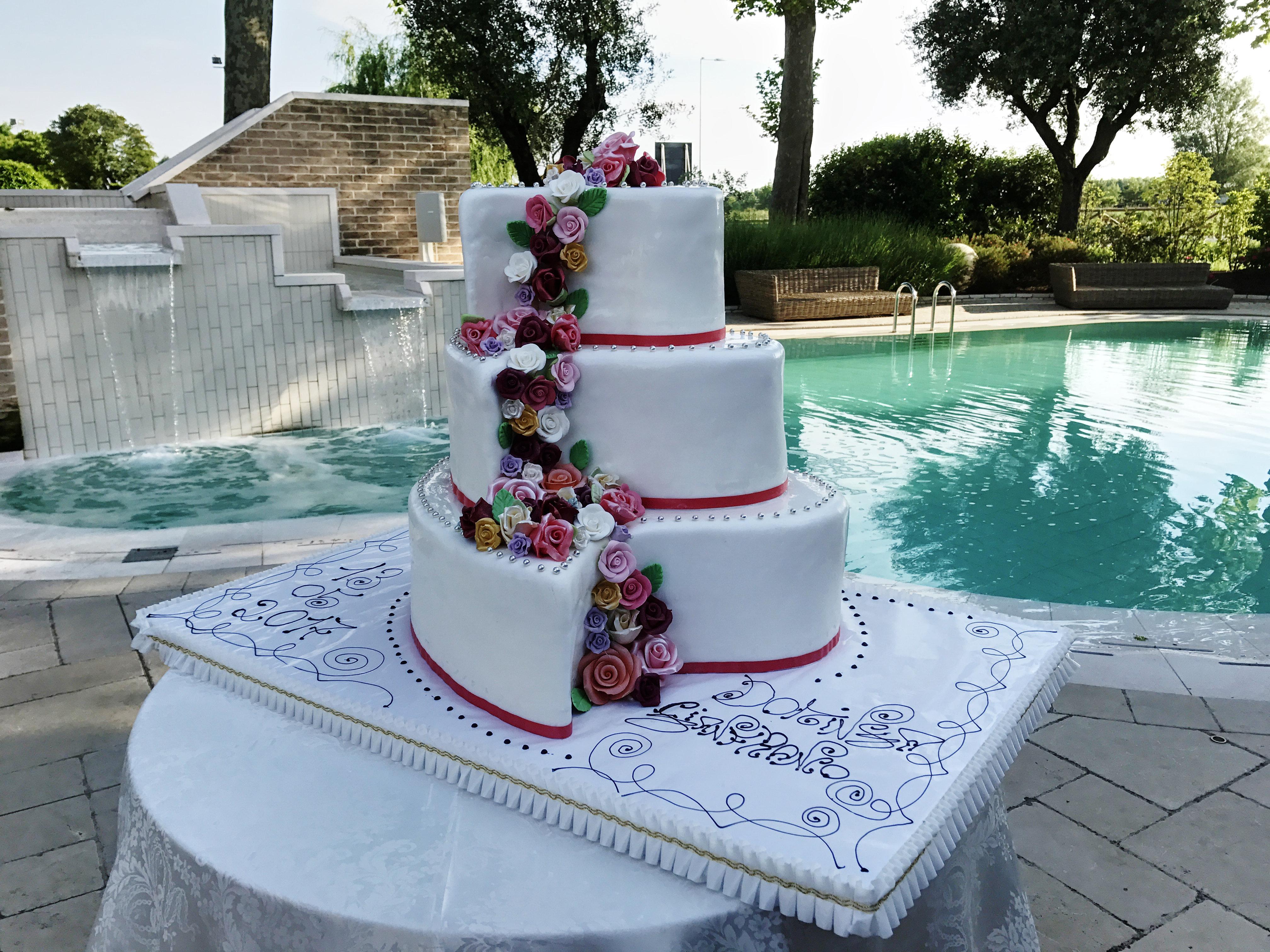 La torta nuziale bianca a piani alla frutta al cioccolato for Piani di fattoria bianca